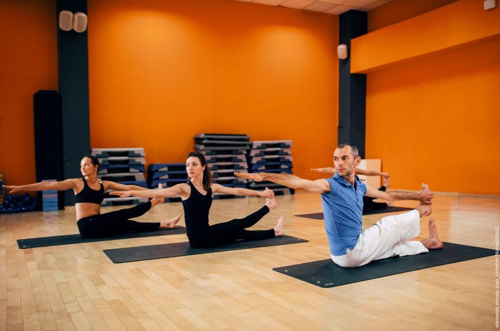 Die Gruppe macht Yoga gegen Rückenschmerzen.