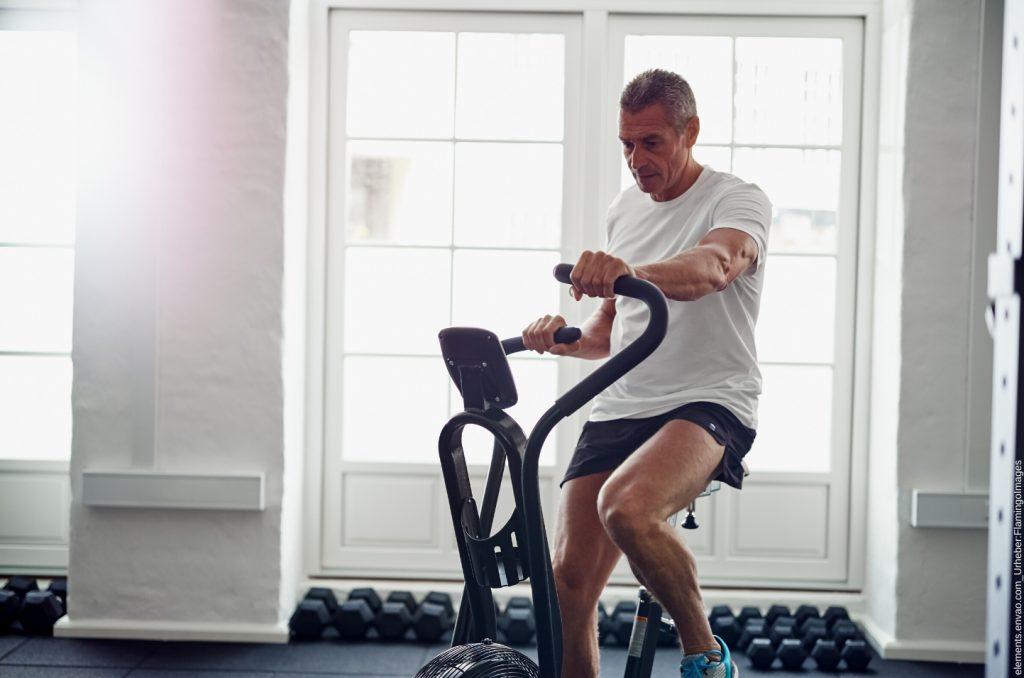 Hier erklären wir die Vorteile des Fahrrad fahren in einem Fitnessstudio.