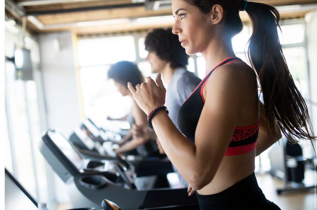 Glückliche Personen im Fitnessstudio, die reif für Fitness sind.