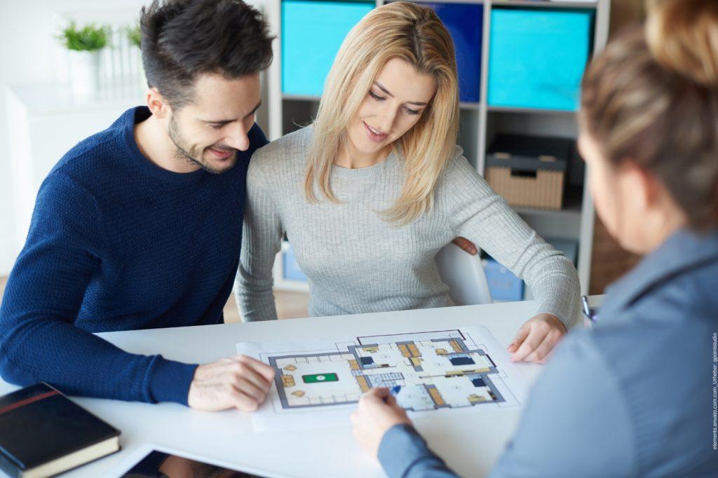 In diesem Beitrag geht es um die Vorteile eines Immobilienmaklers. Wir erklären Ihnen, warum es mehr Sinn macht mit einem Makler ein Haus zu verkaufen.
